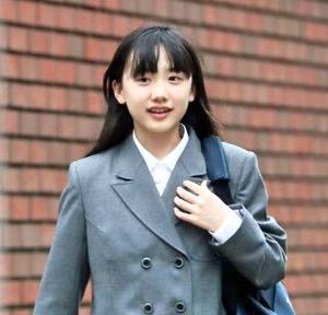 芦田愛菜ちゃんも通った慶應、慶應女子高の制服はミニスカ