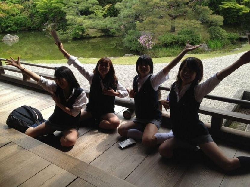 慶應女子の写真を補正して、ミニスカの中を見てみると