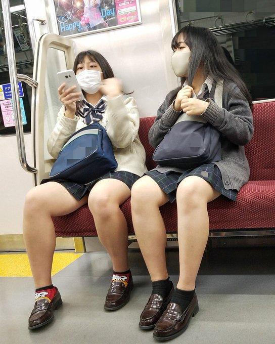 【電車パンチラ】毎日電車に乗るのは、あのコのエロい太ももを観るため